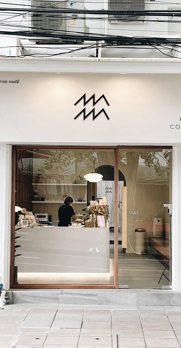 คาเฟ่น้องใหม่ที่เพิ่งเปิดตัวไปไม่นานในซอยประมวญ ถนนสีลม โลโก้และชื่อร้านสื่อถึงสายลม ซึ่งเป็นสิ่งที่เชื่อมโยงไปถึงเจ้าของร้าน