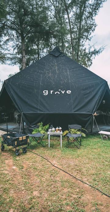 คาเฟ่คุมโทน GROVE Cafe & Restaurant เรียกว่าถูกใจสายชิลสุด ๆ เต๊นท์ดำเป็นเอกลักษณ์เฉพาะตัวที่มาในบรรยากาศริมทะเลภูเก็ต