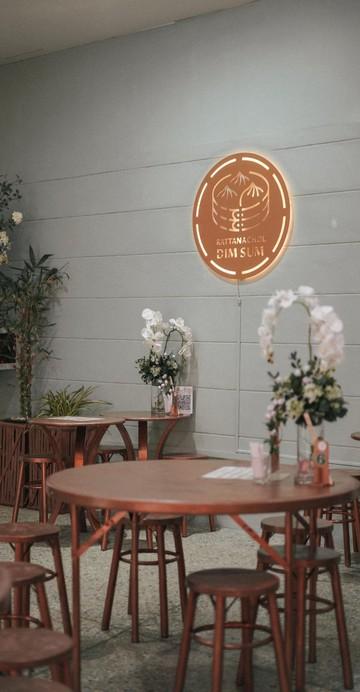 รัตนชลติ่มซำ ร้านติ่มซำชื่อดังชลบุรี จุดเด่นของที่นี่อยู่ที่รสชาติของอาหารที่เป็นสูตรลับเเบบต้นตำรับและเมนูติ่มซำที่มีให้เลือกหลากหลายเมนู เเถมทุกเมนูยังเป็นติ่มซำทำสดวันต่อวัน! เมนูที่ขายดีที่สุดของร้านก็คือเมนูขนมจีบกุ้ง ฮะเก๋าที่ทางร้านใช้กุ้งตัวโต ๆ มาทำสดๆ ราคาเริ่มต้น 35 บาทเท่านั้น