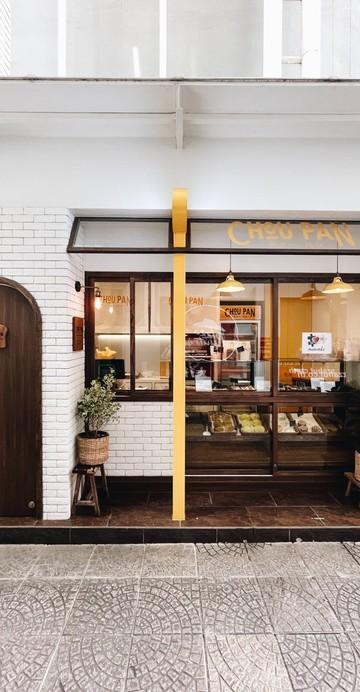 ร้านเบเกอรีสไตล์ญี่ปุ่นแบบ Grab & Go ที่ซ่อนตัวอยู่ภายในโครงการ Food Channel ใกล้กับปากซอยละลายทรัพย์ย่าน CBD อย่างถนนสีลม เพราะถ้าไม่ได้เดินเข้าไปก็จะไม่รู้เลยว่ามีร้านน่ารักซ่อนตัวอยู่ .