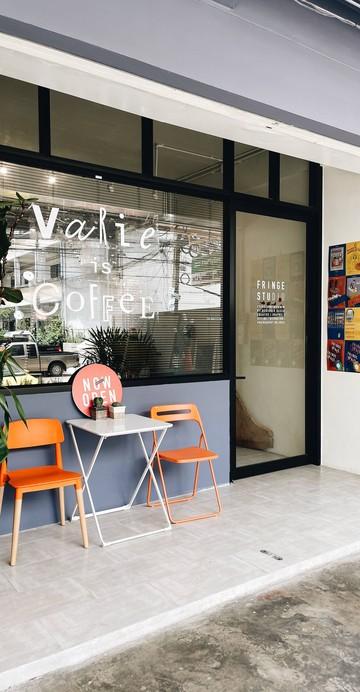 ร้านของครูสอนโยคะที่ผันตัวมาเป็นบาริสต้า ส่วนหุ้นส่วนก็หันมาทำพิซซ่าและเบเกอรีโฮมเมด โดยใช้พื้นว่างของชั้นล่างของ Fringe Studio ภายในซอยรามคำแหง 24 แยก 34 ใกล้กับ ABAC