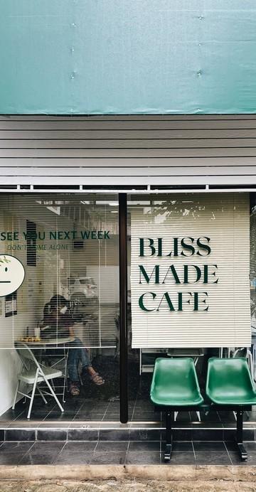 """เห็นแว่บแรกก็ชวนให้นึกถึง """"คาเฟ่เกาหลี"""" อีกแล้ว ด้วยความมินิมอล โทนสี บวกกับเก้าอี้หน้าร้านที่ชวนให้นึกถึงดีไซน์ร้านที่คลาสสิกที่สุดในยุคนี้"""