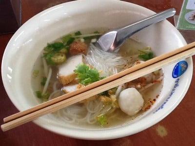 ก๋วยเตี๋ยวลูกชิ้นปลานายเงี๊ยบ (Nai-Ngieb Noodle in Fish Ball Soup) ศาลายา