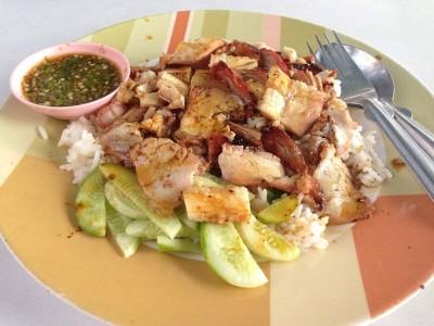 ข้าวหมูแดงหมูกรอบ หงษ์หยก (Kao Moo Daeng Moo Kroob Hong York)