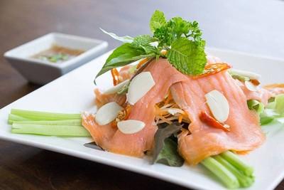 ยำปลาแซลมอนรมควัน