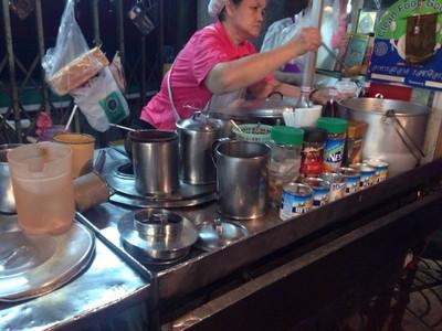 นมสด ขนมปังสังขยา หน้าร้านทองเซ่งเฮงหลี เยาวราช