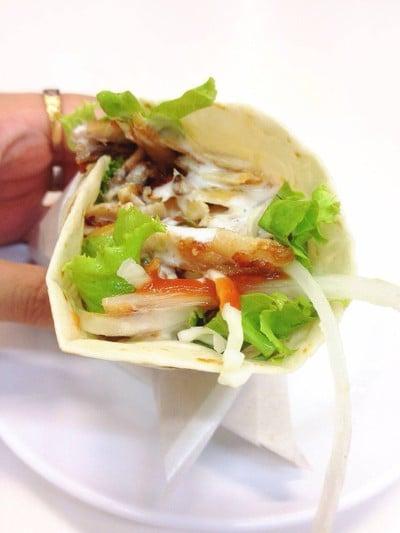 Tortilla Wrap ไส้กะบับไก่ ราดซอสโยเกิร์ตกระเทียมกับซอสมะเขือเทศ