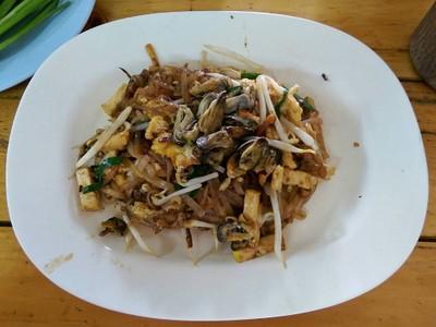ผัดไทยหอย 35- เส้นเหนียวนุ่ม รสชาติกำลังดี ไม่ต้องปรุงเพิ่ม ไข่เยอะ (3.7/5)