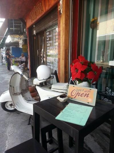 Chom's Cafe