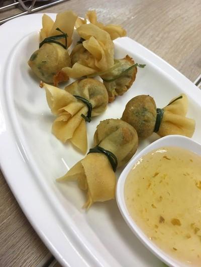 ถุงทองไส้กุ้ง Deep fried shrimp dumplings