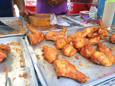 ข้าวเหนียวไก่ทอดตลาดโก้งโค้ง