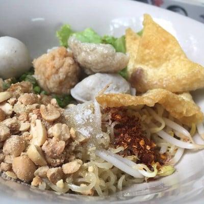 หุงเส้น ลูกชิ้นปลาวรจักร (Hung Sen Noodle)