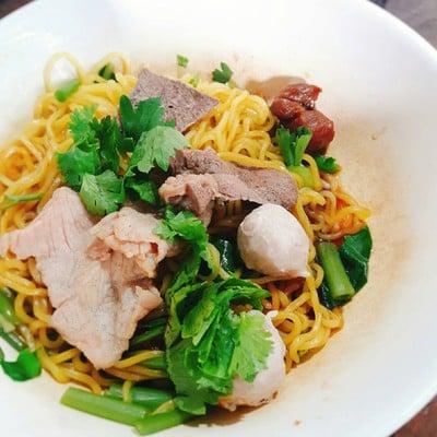 เจ๊น้อง ก๋วยเตี๋ยวหมูน้ำแดง (Je Nong Pork Noodle)