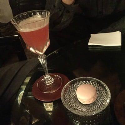 ตัวนี้เป็น Mocktail เสิร์ฟกับ Rose macaron ค่ะ อร่อยมากเลย