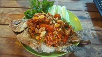 ปลาทั้งตัวทอดกรอบราดสมุนไพร อร่อย ห้ามพลาด