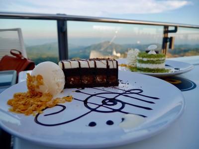 White & Dark Chocolate Cake (165฿)