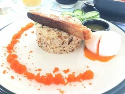 ข้าวผัดน้ำพริกปลาป่นสเต๊กแซลมอน