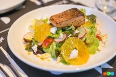 จานนี้คือ สลัดจานอร่อย ที่คัดสรรปลาแซลมอนสดหั่นมาชิ้นโตๆ เราขอยกเมนูนี้ให้เป็นรี