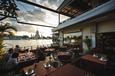 The Deck by the river (เดอะ เด็ค บายเดอะริเวอร์) โรงแรมอรุณเรสซิเด้นท์