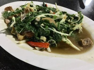 ผัดผักโขมหมูกรอบปลาเค็ม
