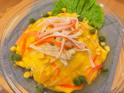 ข้าวหน้าไข่เจียวปูอัดราดซอสน้ำแดง