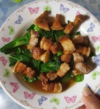 ผัดผักกวางตุ้งไต้หวันหมูกรอบ