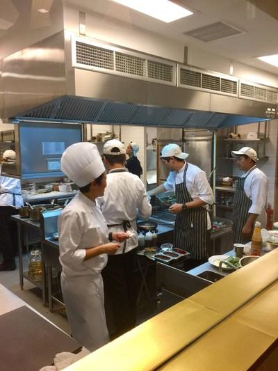แผนกปรุงอาหารเปิด เห็นได้จากห้องอาหาร