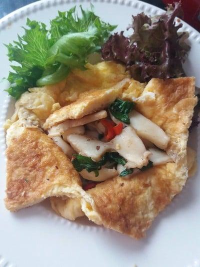 ปลาหมึกผัดกระเพราะห่อไข่
