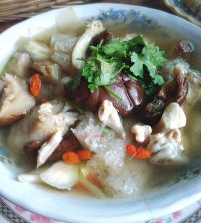 ซุปเยื่อไผ่ใส่น่องไก่ตุ๋นยาจีน