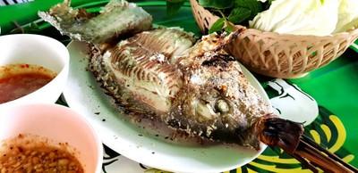 ปลาเผาสุกกำลังพอดี มาพร้อมผักเคียง และน้ำจิ้ม 2 แบบ