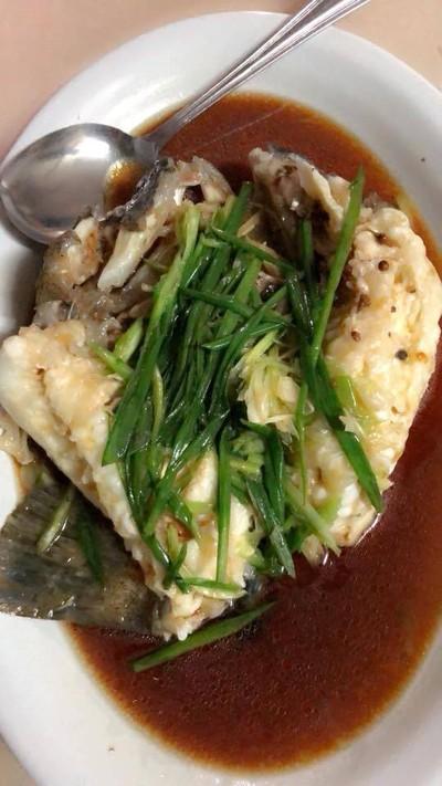 ปลาเก๋าดำนึ่งซีอิ๊ว ที่ ร้านอาหาร กวงทะเลเผา