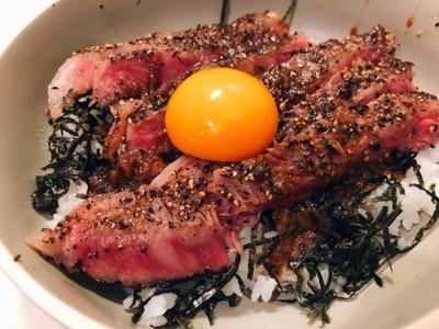 ข้าวหน้าเนื้อญี่ปุ่นใส่ไข่ดิบ