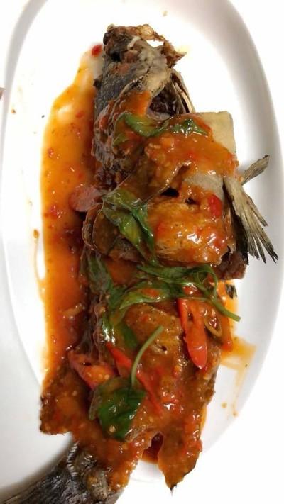 ปลาเก๋าดำราดพริก ที่ ร้านอาหาร กวงทะเลเผา