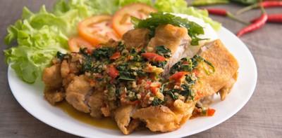 """วิธีทำ เมนู """"ข้าวไก่กรอบซอสกะเพรา"""" เมนูไก่ทอดจานเด็ด เผ็ดซี้ดทุกคำ!"""