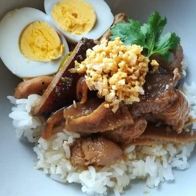 อาหารไทย ข้าวแห้งหน้าไก่