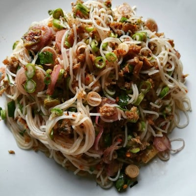 อาหารไทย ยำขนมจีนปลาทูคั่วสมุนไพร