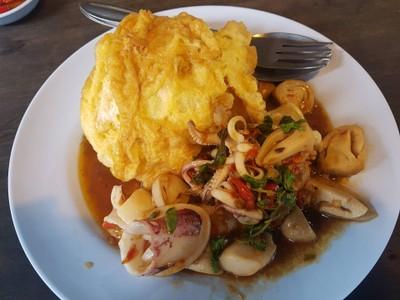 ข้าวกระเพราปลาหมึกไข่เจียว