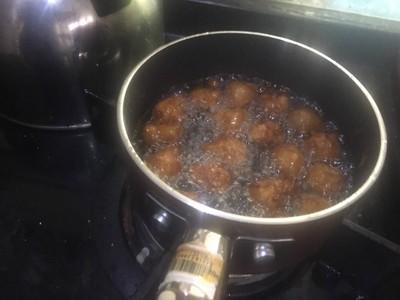 วิธีทำ ข้าวแช่ พริกหยวกยัดใส้ ลูกกะปิกุ้ง เห็ดสามรส ไชโป้วหวาน ผักเคียง