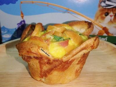 ไส้กรอกชีสและแฮมอบไข่ในถ้วยขนมปัง