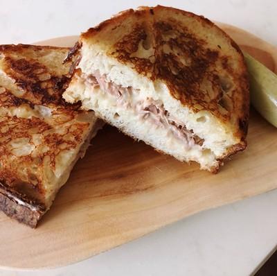 แซนด์วิชทูน่าชีสยืด (Tuna Melt)