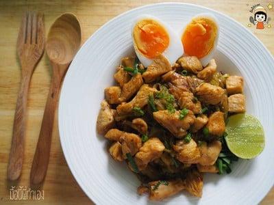 ผัดหมี่โคราชอกไก่ ไข่ยางมะตูม