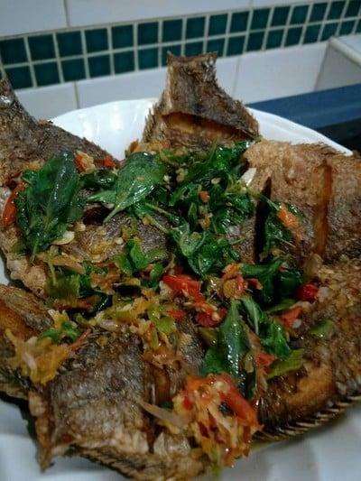 ปลาหมอเทศทอดราดพริกขี้หนู