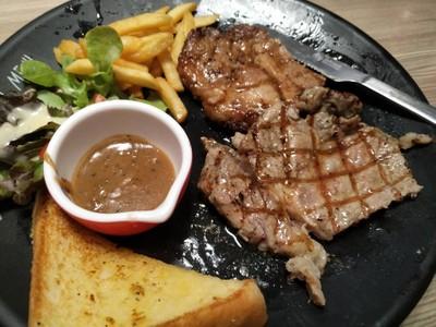 สเต็กเนื้อและหมูคุโรบุตะ