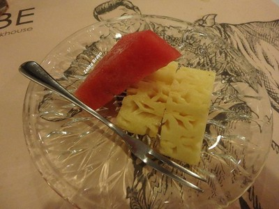 ชุดสเต็กหมูคุโรบูตะ • ผลไม้ในเซ็ท ที่ ร้านอาหาร Kobe Steakhouse อาคารสยามกิตต์