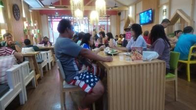 บรรยากาศ • วันอาทิตย์สายๆ คนอย่างเยอะ ที่ ร้านอาหาร บางหวาน พาซิโอ้ กาญจนาภิเษก