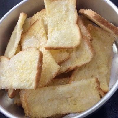 ปังกรอบเนยน้ำตาล (crispy butter and sugar toast)