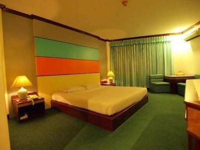 โรงแรมโกลเด้นแกรนด์ (Golden Grand Hotel)