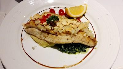 ปลากระพงอบอัลมอนด์ เสิร์ฟพร้อมเฟร้นช์ฟรายและผักโขมผัด