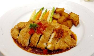 อกไก่ชุบแป้งขนมปังป่นทอดราดซอสมะเขือเทศสด เสิร์ฟพร้อมมันผัดและผักรวม