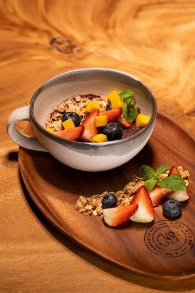 Acai bowl with fresh fruit